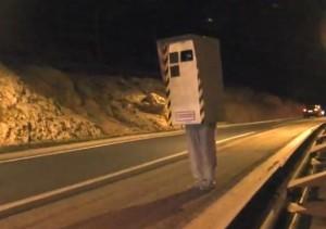 Готин тип се прави на полицейска камера за скорост (видео)