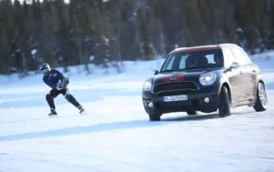 Mini Countryman на леда с екстремни хокеисти (видео)