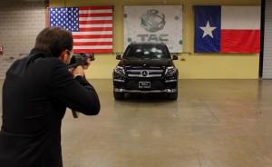 Брониран Mercedes GL срещу AK-47 (видео)