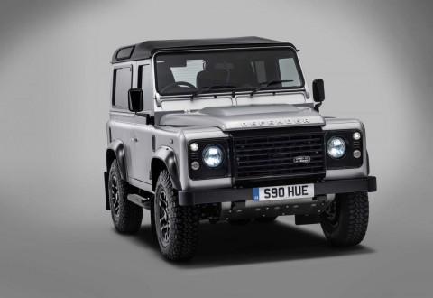 Беър Грилс сглоби двумилионния Land Rover Defender