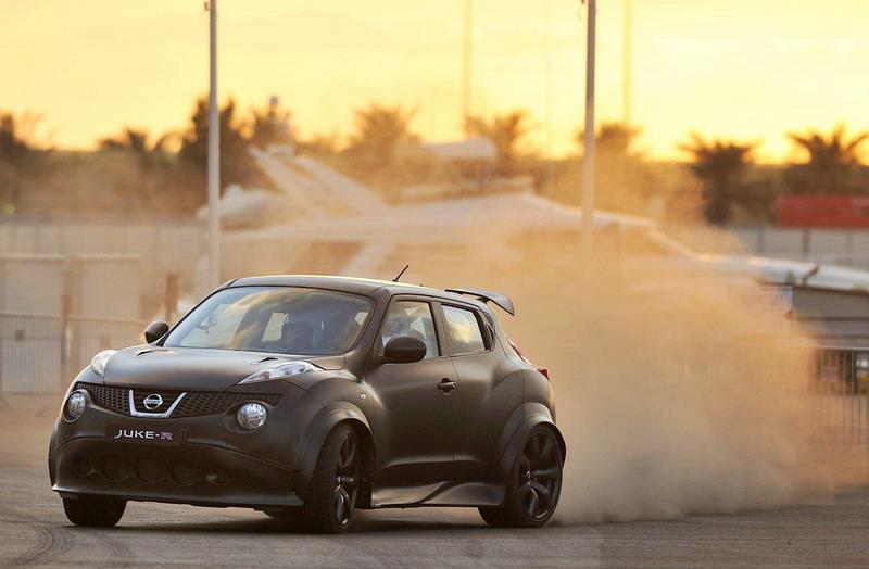 Nissan Juke R срещу армада суперавтомобили (видео)