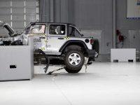Jeep Wrangler се катурва при фронтален краш-тест (видео)